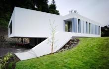 Vitt hus i betong av ODOS Architects